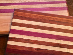 Many types of wood to choose from when ordering a cutting board by Tudo Azul